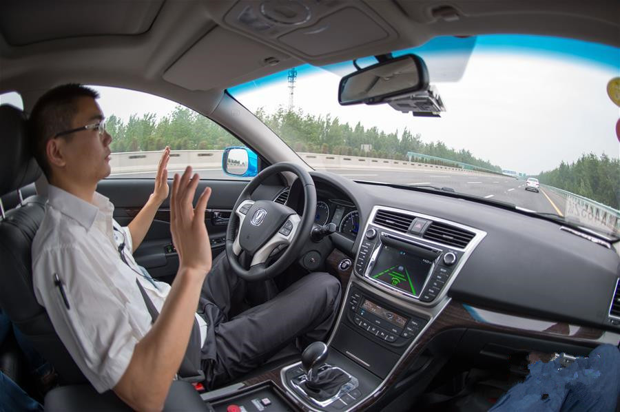 """""""路测中最大的挑战是前两天翻越大巴山和秦岭。""""测试员孔周维说。在通过一些光线昏暗甚至没有灯光的小隧道时,无人驾驶汽车反应不够敏捷,运行也不够稳定。这说明,外界光线的变化对于车载摄像头来说是挑战,增加了车辆识别道路标示线的难度,需要使用激光雷达技术等配合弥补。而一些车体超宽的大货车车身超出车道时,无人驾驶汽车的识别能力也需要进一步提升。孔周维强调说:""""如果不经过路测,仅靠实验室检验很难获得有效数据。""""      重庆大学自动化学院教授孙棣华表示,这次长距离"""