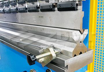 液压折弯机结构特点: •该折弯机采用全钢焊接结构,振动消除应力